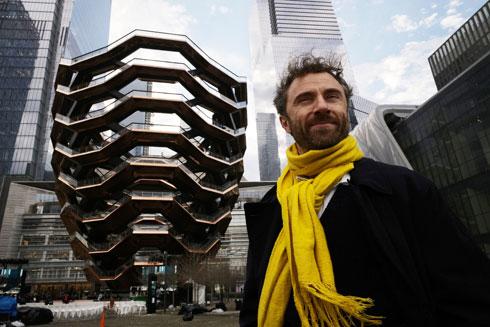 המעצב תומס הד'רוויק ליד יצירתו, Vessel (צילום: AP)