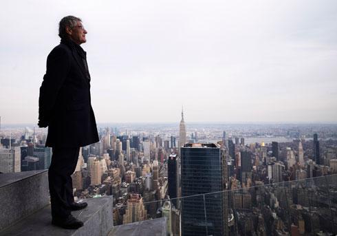 ג'יי קרוס, נשיא החברה היזמית, מתבונן ממרום המגדלים על העיר (צילום: AP)