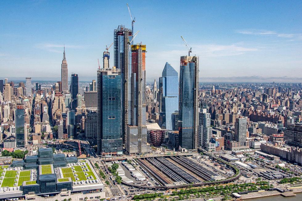 האדסון יארדס הוא המתחם הפרטי הגדול מסוגו שנבנה אי-פעם בניו יורק, ואפשר לראותו מבעד לכל דרכי הגישה לעיר (צילום: AP)