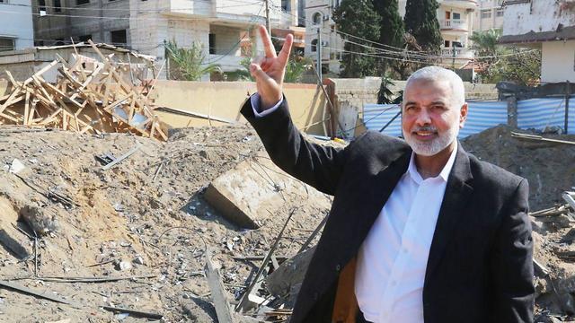 Хания на руинах своей канцелярии в Газе