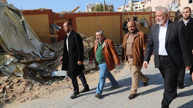 Хания осматривает руины штаба в Газе