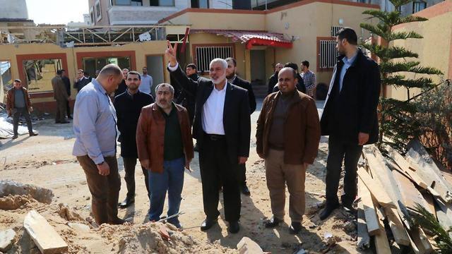 Политический лидер ХАМАСа Исмаил Хания на руинах своей канцелярии, разрушенной ВВС ЦАХАЛа