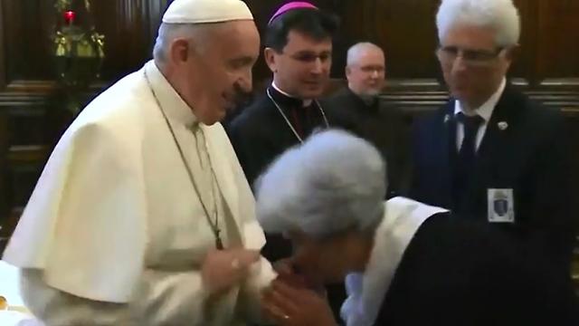 אפיפיור האפיפיור פרנסיסקוס חומק מ מנשקי טבעת (צילום: רויטרס)