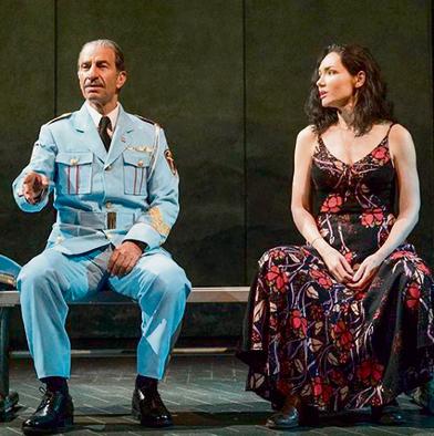 ביקורות אדירות. על הבמה בברודוויי