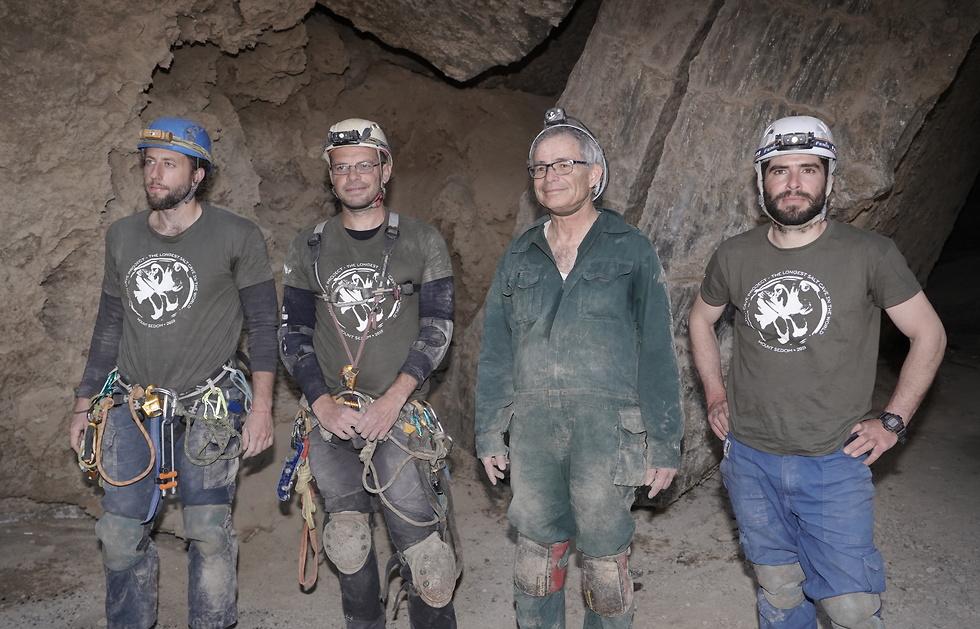 החוקרים בפתח המערה (צילום: אנטון ציקישב)