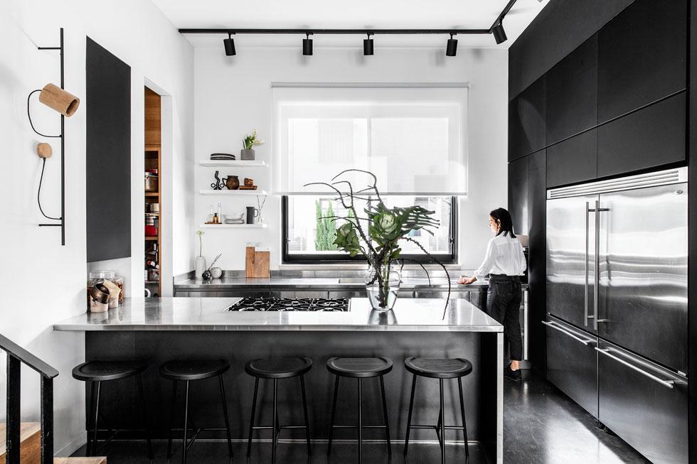 """""""המטבח הוא מרכז הבית"""", מסבירה האדריכלית מלי דנאי. """"בצהריים אוכל לילדים, בערב אוכל ללקוחות. כל הזמן יש פה אנשים ותנועה"""" (צילום: איתי בנית)"""