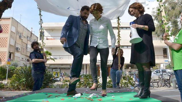 תמר זנדברג ובן זוגה אורי זכי בחתונה אזרחית ()