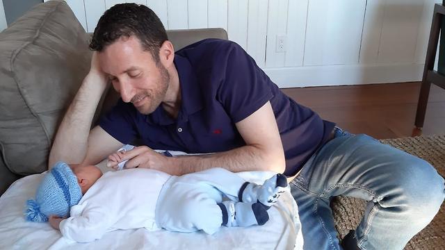 איציק שמולי והתינוק שנולד לו ()