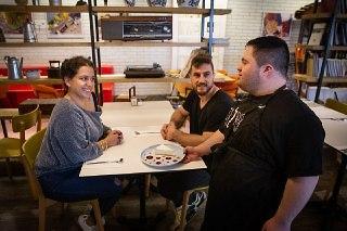 """""""בהתחלה הגיעו לכאן בגלל הקטע החברתי, והיום מגיעים בגלל האוכל"""" (צילום: אלכס קולומויסקי)"""