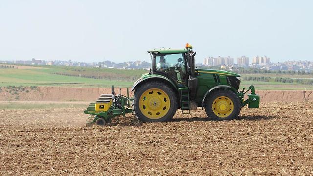 חקלאי על רקע עזה (צילום: אבי רוקח)