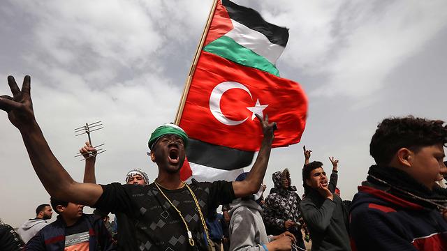 Thousands gather along Israel-Gaza border (Photo: AFP)
