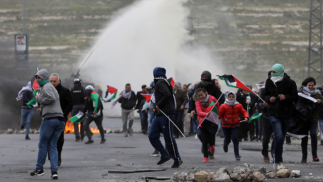 Palestinians clash with IDF troops at the Gaza border during the March of Return protests, March 30, 2019 (Photo: EPA)