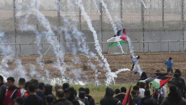 עימותים בגדר רצועת עזה לציון יום האדמה ושנה לצעדות השיבה (צילום: AFP  )