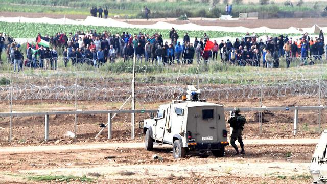 Palestinians clash with IDF troops at the Gaza border during the March of Return protests, March 30, 2019 (Photo: Haim Horenstein) (Photo: Haim Horenstein)