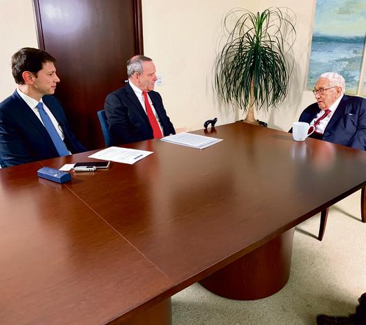 ברגמן (משמאל) ובר־יוסף בפגישה עם קיסינג'ר בניו־יורק