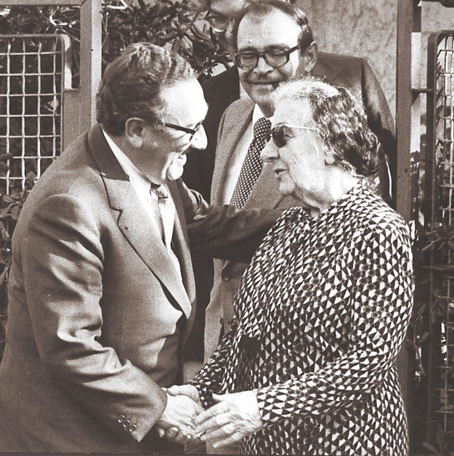 """פברואר 75'. קיסינג'ר בפגישה עם רה""""מ גולדה (מאחוריהם, השליח המיוחד שמחה דיניץ). קיסינג'ר: """"כשהמלחמה פרצה עוד לא היה לנו כל מושג ברור מיהו סאדאת"""""""