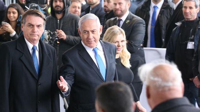 Президент Бразилии Жаир Болсонару и премьер-министр Израиля Биньямин Hетаниягу в аэропорту Бен-Гурион. Фото: AFP
