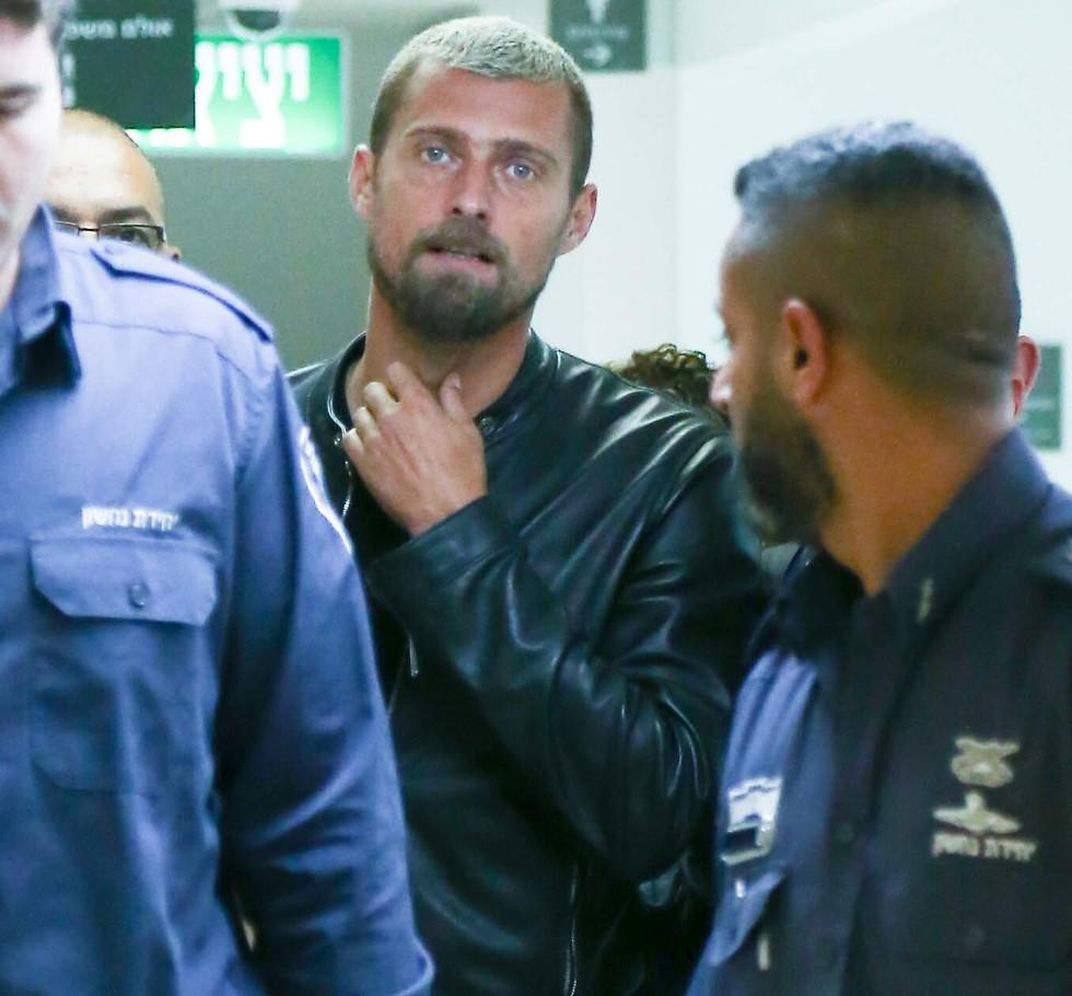 גבריאל תאמאש מובא לבית המשפט (צילום: ראובן שוורץ)