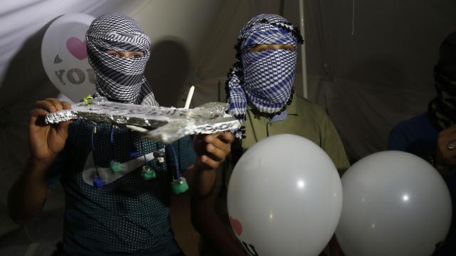 זר בלוני תבערה (צילום: AFP)