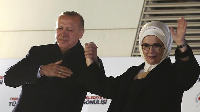 ארדואן ואשתו בפני תומכים באנקרה (צילום: AP)