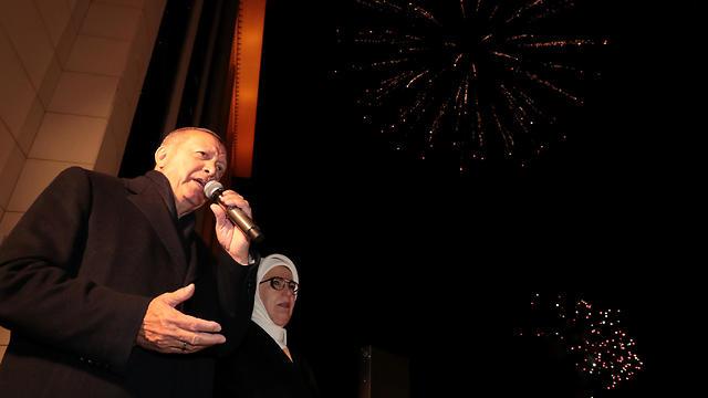 ארדואן ואשתו בפני תומכים באנקרה (צילום: רויטרס)
