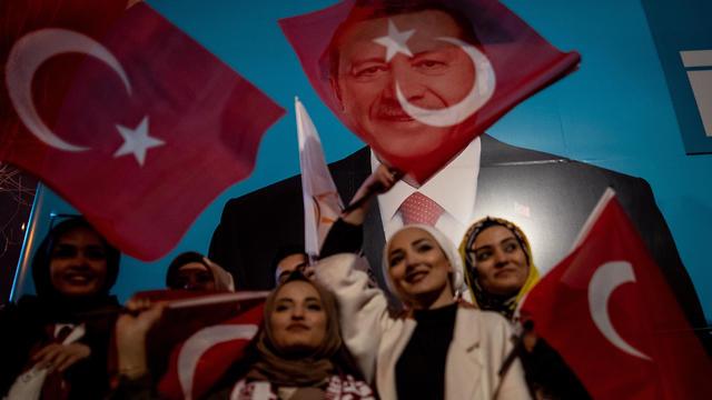 תומכי ארדואן באיסטנבול (צילום: EPA)
