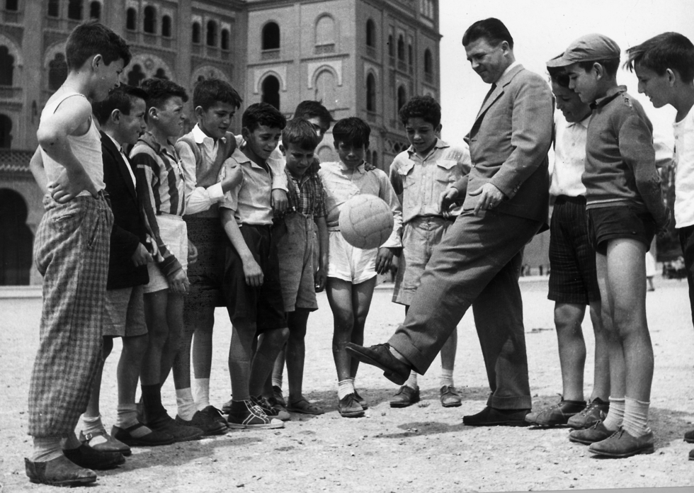 פושקש עם ילדים במדריד ב-1961 (צילום: getty images)