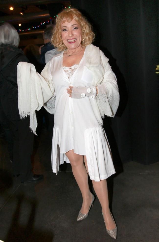 לא ויתרה על שמלה לבנה. גל (צילום: ענת מוסברג)