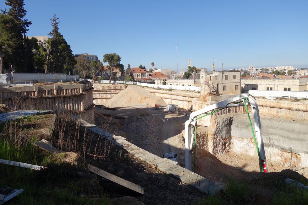 נחיתה לקרקע המציאות העכשווית: כך נראית הבנייה בשטח. בשלב הראשון יהיה כאן חניון תת-קרקעי עירוני, ורק אחר כך ייחנך המבנה, השאלה היא כמובן מתי (צילום: מיכאל יעקובסון)