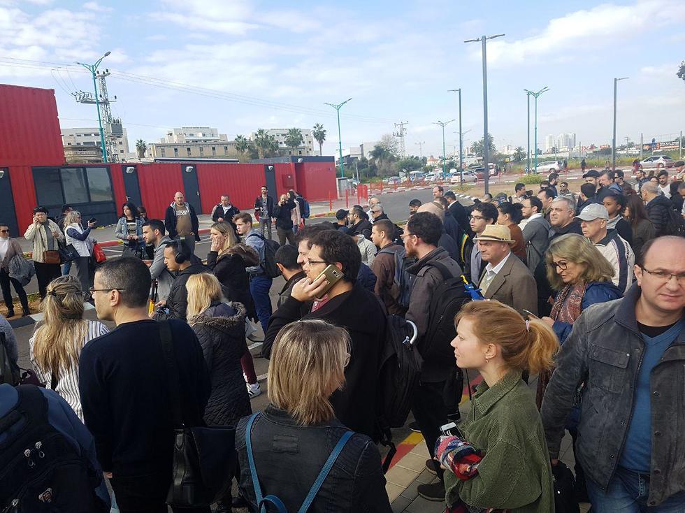 Толпа на станции в Лоде