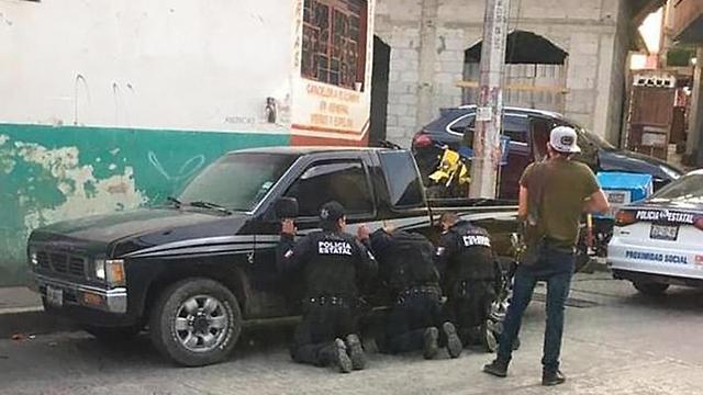 מקסיקו חמושים השפילו שוטרים וחטפו אותם מדינת פואבלה ()
