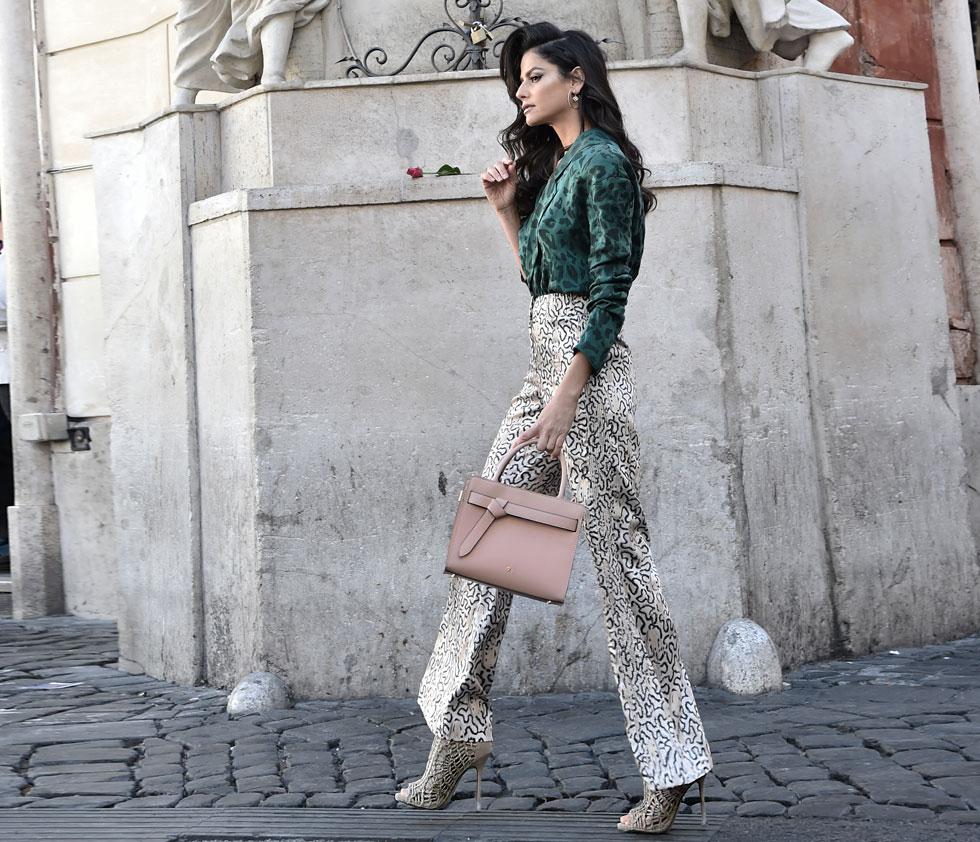 סנדי: חולצה עופרי מאזה, מכנסיים H&M, תכשיטים פדני, תיק נשים מסדרת MYSAMSONITE, סמסונייט (צילום : איתן טל סטיילינג: לימור ריחאנה)