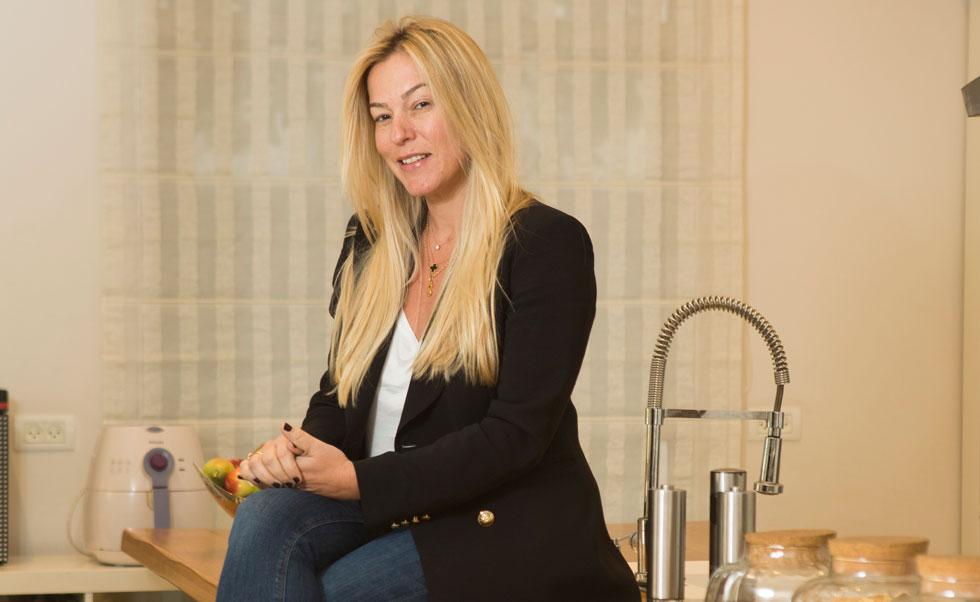 """""""מעולם לא חשבתי שאהיה בריאליטי ובטח לא של בישול"""". שמרית הילל במטבח שלה (צילום: תומי הרפז)"""