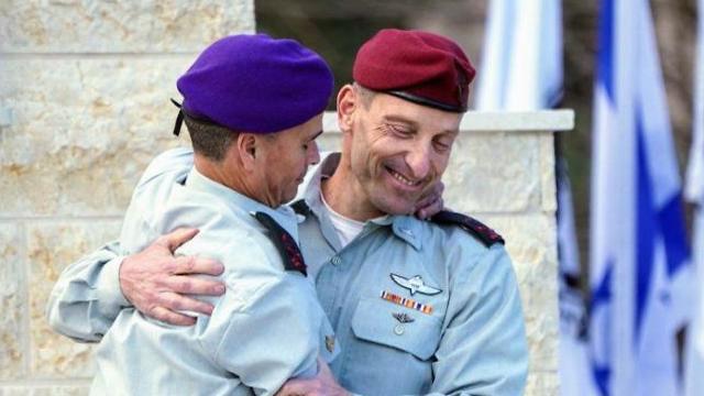 Генерал Стрик передает полномочия генералу Бараму. Фото: Эфи Шарир