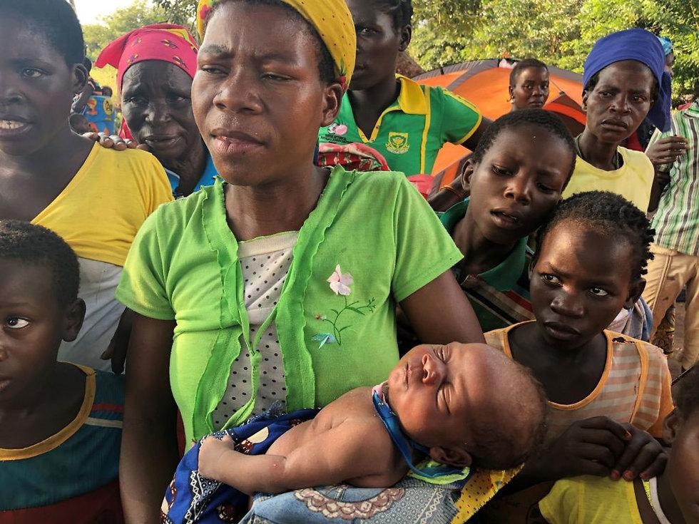 ציקלון אידאי מוזמביק אפריקה ניצולה ילדה בת על עץ ()