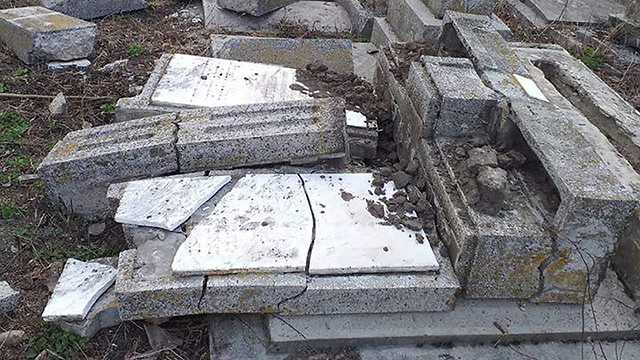 Оскверненное вандалами кладбище в Румынии. Фото: еврейская община Румынии