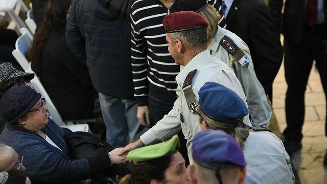Aviv Kochavi greets Baumel family at the funeral (Photo: Jorge Novominsky)
