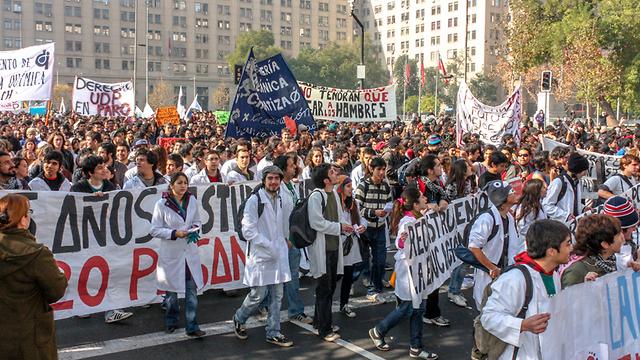 מחאת סטודנטים למען חינוך בסנטיאגו, צ'ילה (צילום: shutterstock)