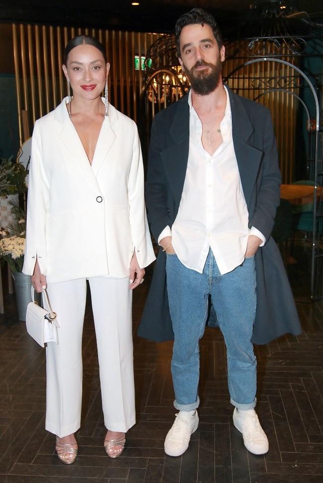בקיץ הזה תלבשי לבן. אנה ארונוב ובן הזוג אייל אלגבי (צילום: ענת מוסברג)