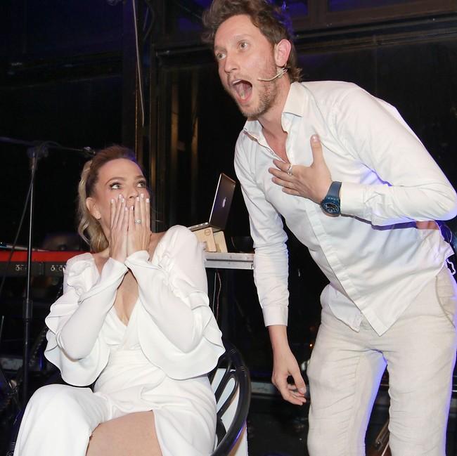 הפתעה! ליאור סושרד וקרן ברטוב (צילום: ענת מוסברג)