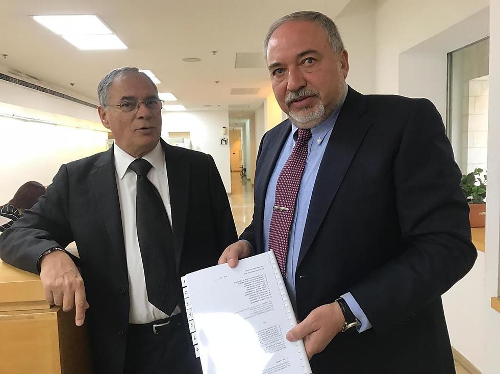 Адвокат Эйтан Хаберман и Авигдор Либерман (НДИ) во время подачи иска