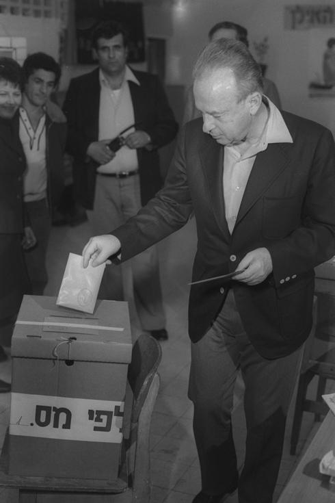 """1977: ראש הממשלה היוצא, יצחק רבין, מצביע בשכונת אפקה בתל אביב (צילום: יעקב סהר, לע""""מ)"""