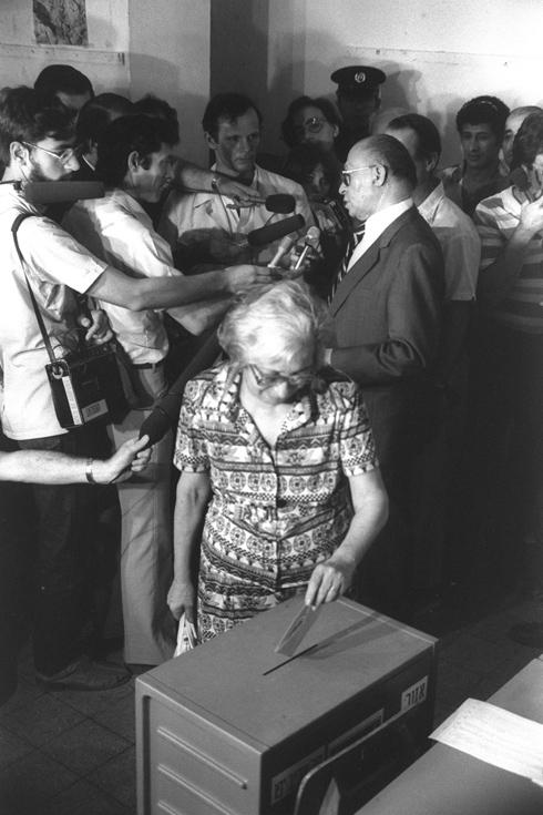 """1981: ראש הממשלה מנחם בגין ואשתו עליזה בקלפי בתל אביב (צילום: משה מילנר, לע""""מ)"""