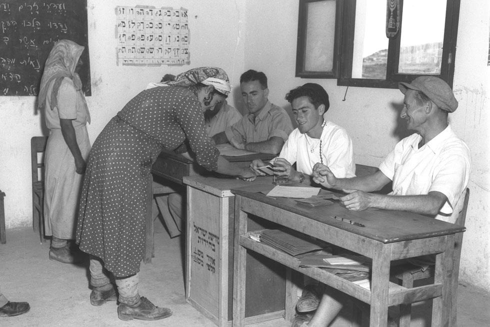 """1951: מצביעים לכנסת השנייה במושב גבעת יערים (צילום: דוד אלדן, לע""""מ)"""