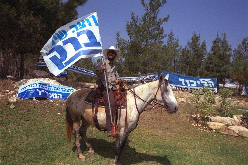 """1999: תושב כוכב יאיר מעודד הצבעה עבור אהוד ברק בבחירות לכנסת ה-15 (צילום: משה מילנר, לע""""מ)"""
