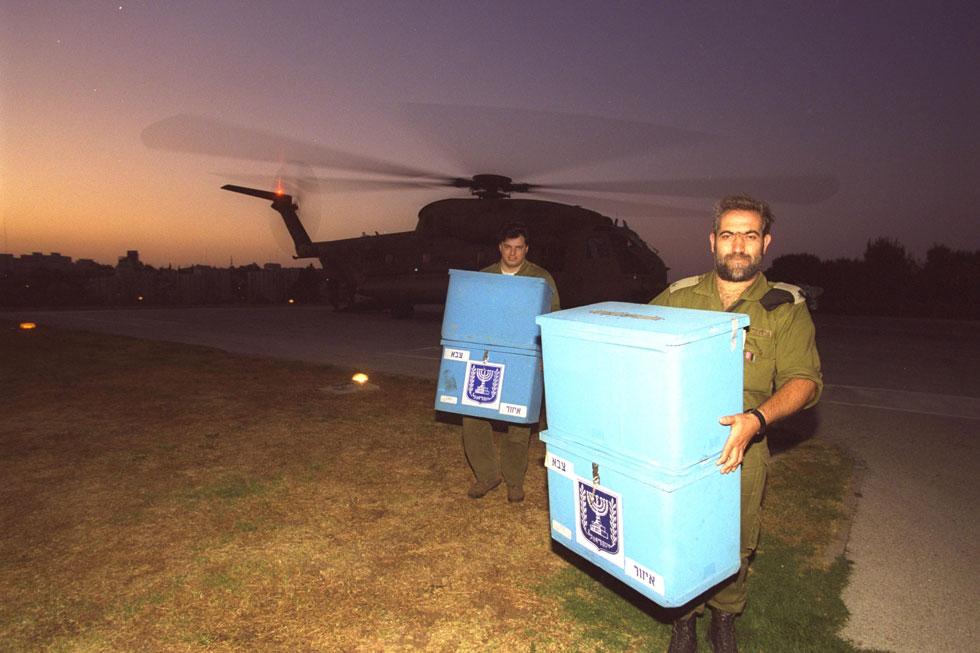 """1996: קולות החיילים המשרתים בלבנון מגיעים במסוק למנחת הכנסת בתום יום הבחירות לכנסת ה-14 (צילום: אבי אוחיון, לע""""מ)"""