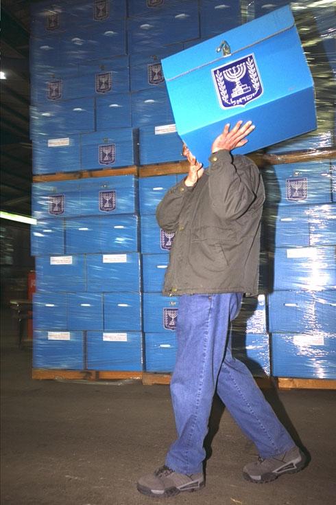 """2003: בוועדת הבחירות המרכזית נערכים ליום הגדול (צילום: אבי אוחיון, לע""""מ)"""