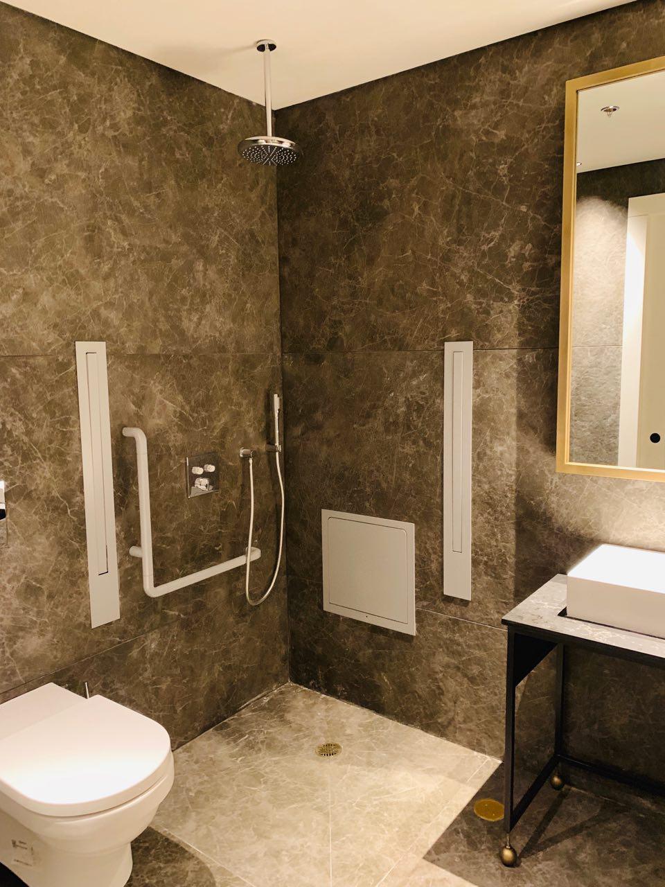 חדרי המקלחת והשירותים בלאונג' ()