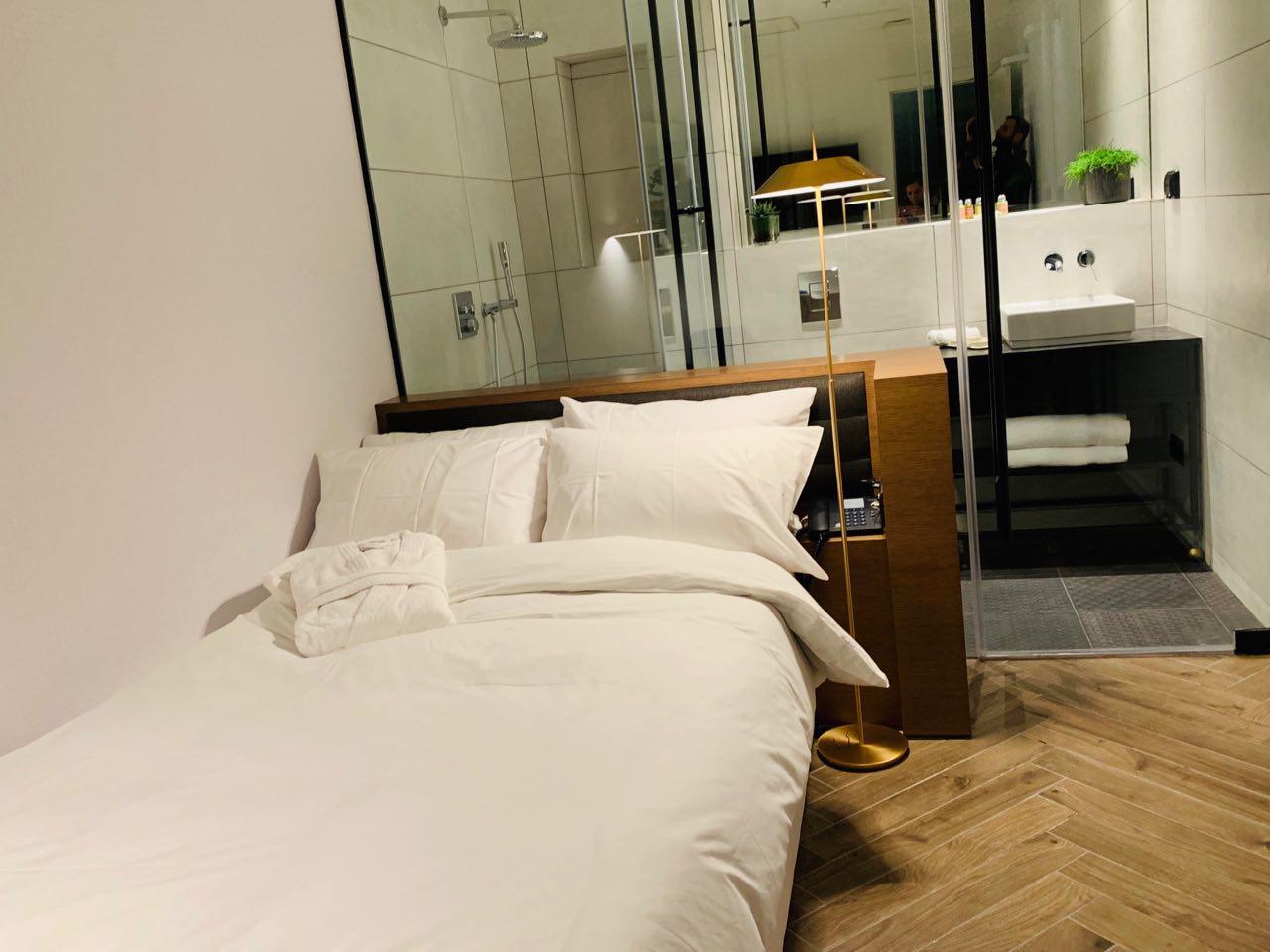 אחד מחדרי השינה הפרטיים ()