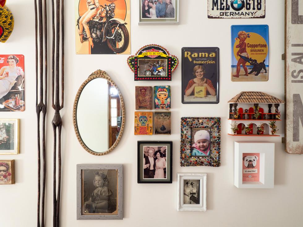 על קיר גרם המדרגות המוביל לקומה השנייה אוסף של צילומים משפחתיים ומזכרות אהובות (צילום: נגה שחם פורת)